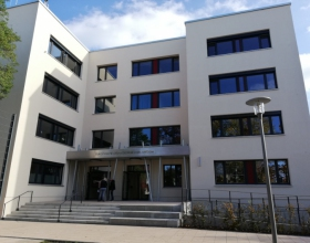 Schulgebäude außen